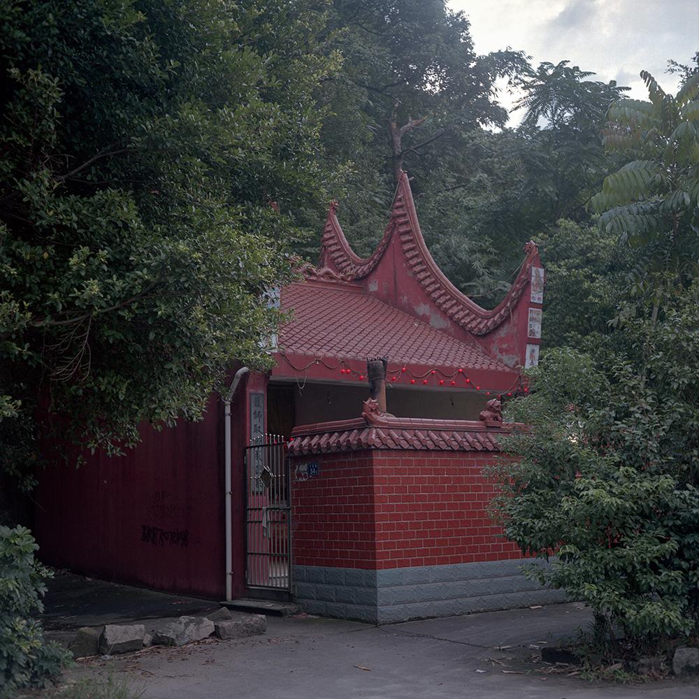 2019年8月,飞鸾镇,路边大门紧锁的庙。