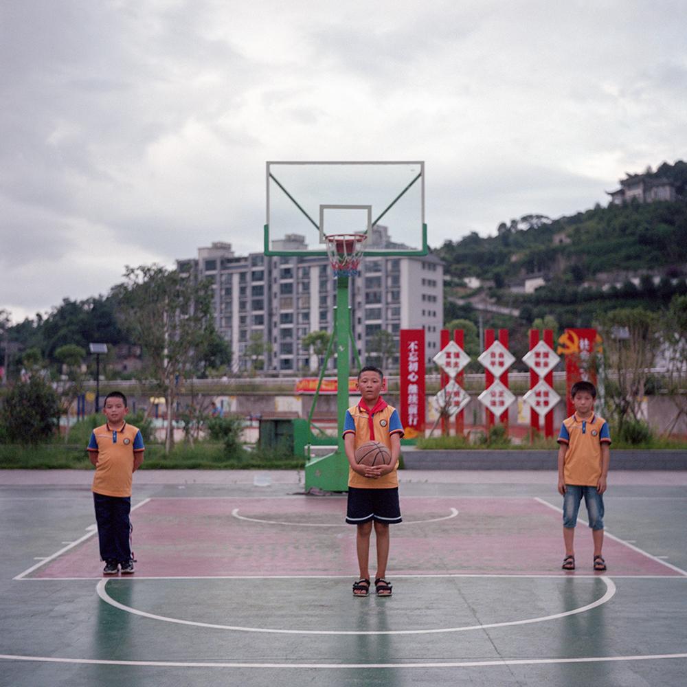 2019年8月,飞鸾镇,操场上的三名篮球少年。
