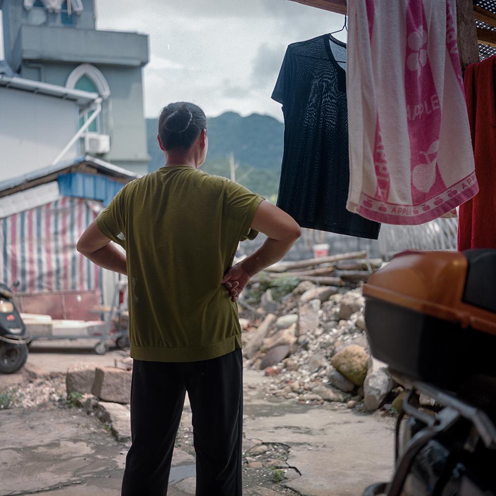 2019年8月,飞鸾镇,望向远方的渔民妇人。