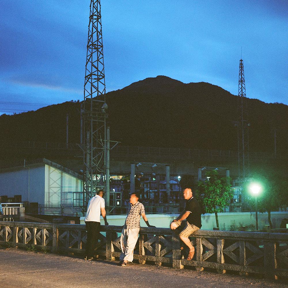 2019年8月,飞鸾镇,夜晚飞鸾桥上无所事事的人们。