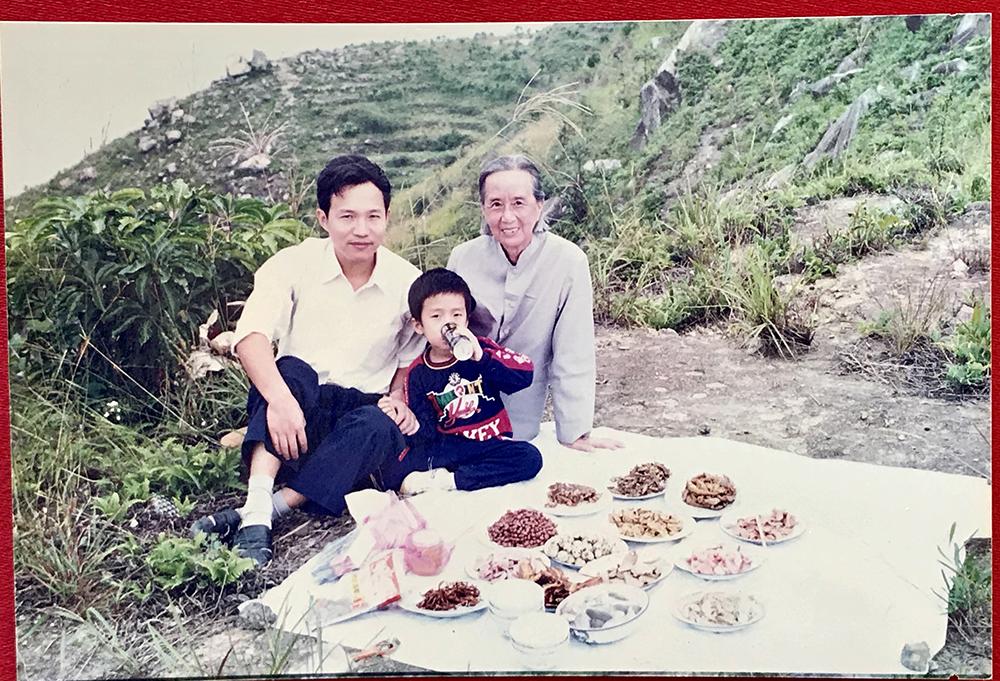 1995年,飞鸾镇,父亲,外婆和我在半山腰野营。