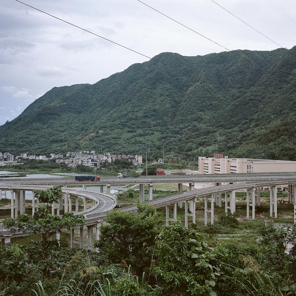2019年8月,飞鸾镇,远处的山脉延绵不绝。