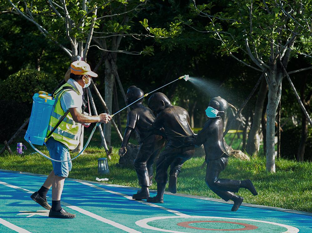 8月4日一早,一位园林工人在大连市甘井子区明珠公园内,对公用设施进行防疫消杀,让大连市民们在公园内安全健身和休闲。截至8月8日24时,大连已连续三天零新增,三处中风险地区解除封闭。澎湃影像 图