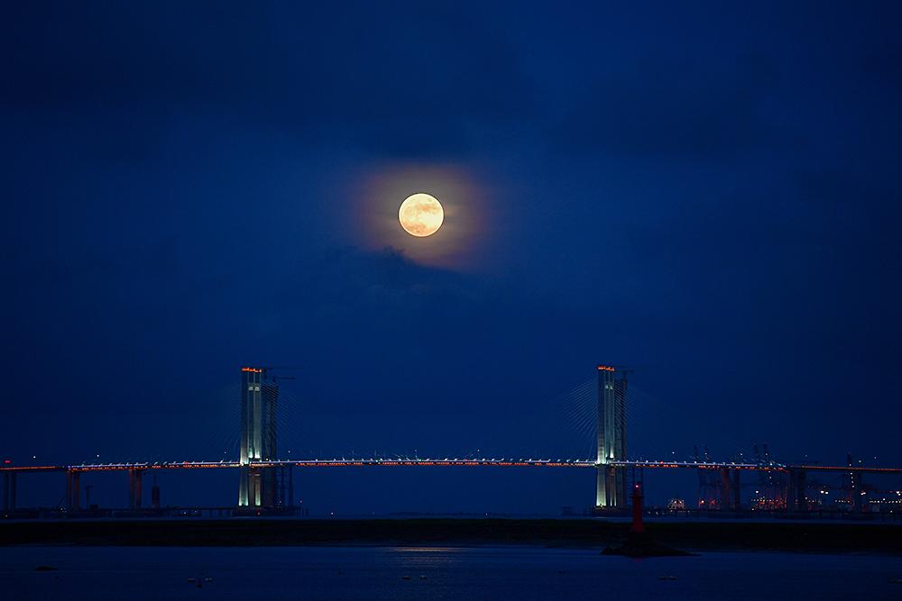 """8月3日19时许,福建泉州,明月与泉州湾跨海大桥相辉映。当晚,天宇上演""""十五的月亮十四圆"""",月亮最圆时刻出现在当晚23时59分。天文专家表示,这种现象,21世纪这100年中,仅会出现6次。谢明飞/人民视觉 图"""