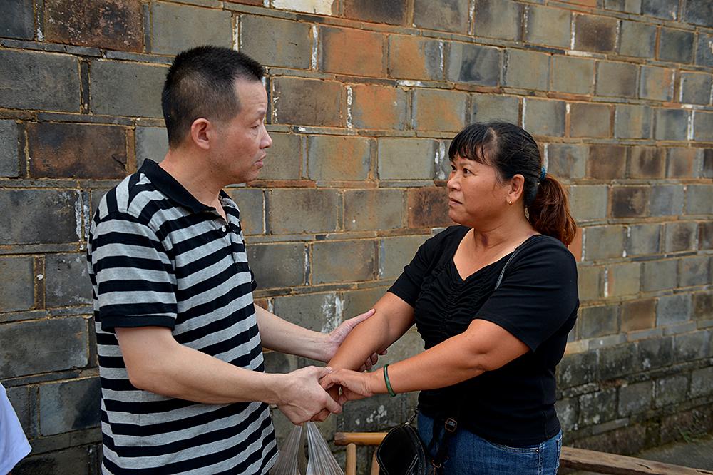8月4日,江西省南昌市进贤县张家村,张玉环拉着前妻宋小女的手。当日下午6时许,被羁押9778天后,53岁的张玉环无罪归乡。王勤/人民视觉 图