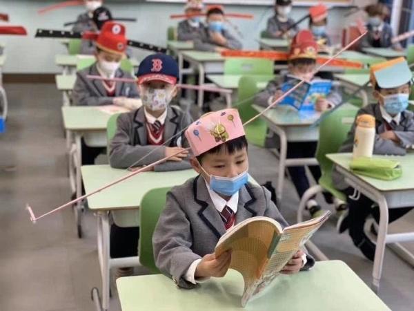 中国杭州一小学,结束疫情后回校上课,老师为每个人设计的帽子。每一顶帽子的两侧有长长的帽翅,以表示一种安全的社交距离。有趣的是,早在中国宋代就有相似的帽子(长翅帽),避免朝臣们在朝堂上交头接耳。