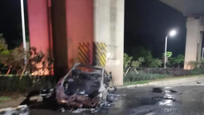 海口一小轿车撞击高铁桥墩后剧烈燃烧,致车内2人死亡