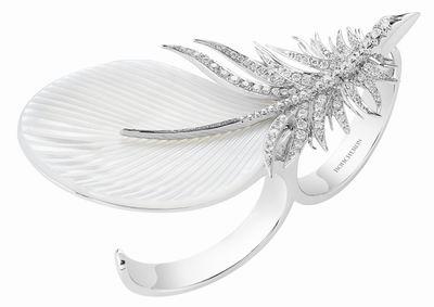 Caresse de Plume白金指间戒,镶嵌珍珠母贝及钻石