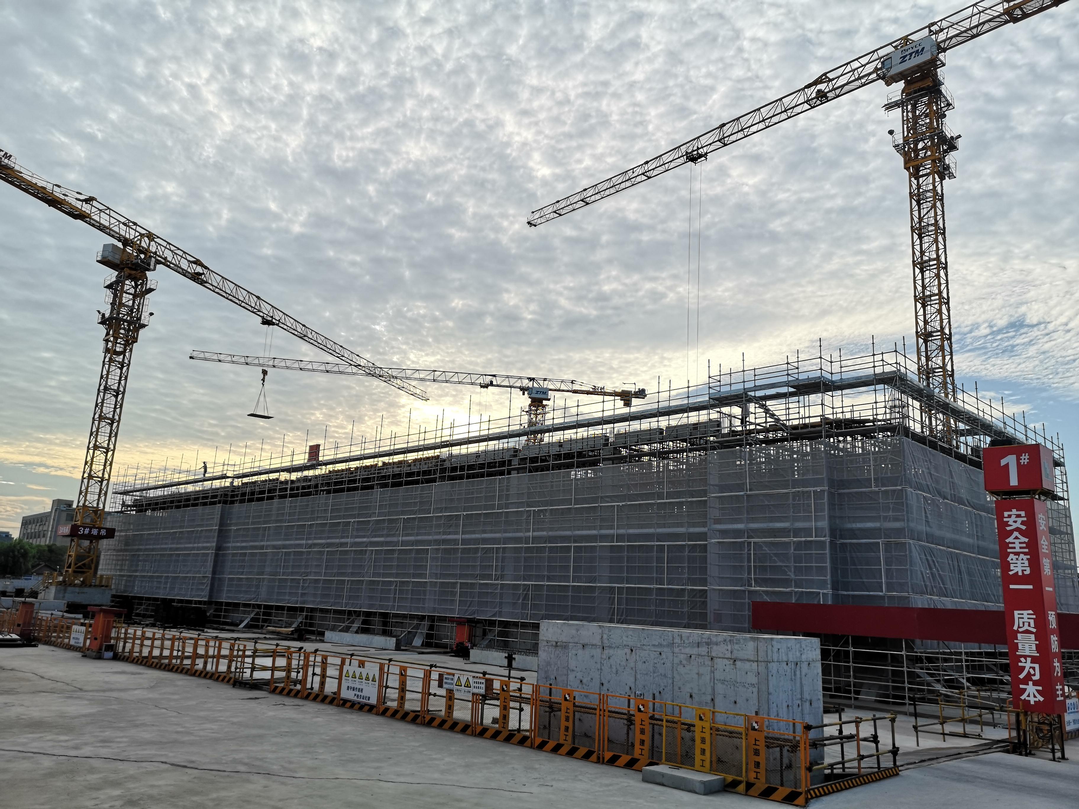 宝山区精神卫生中心迁建工程施工现场,工人正在作业。澎湃新闻见习记者 陈少颖 摄