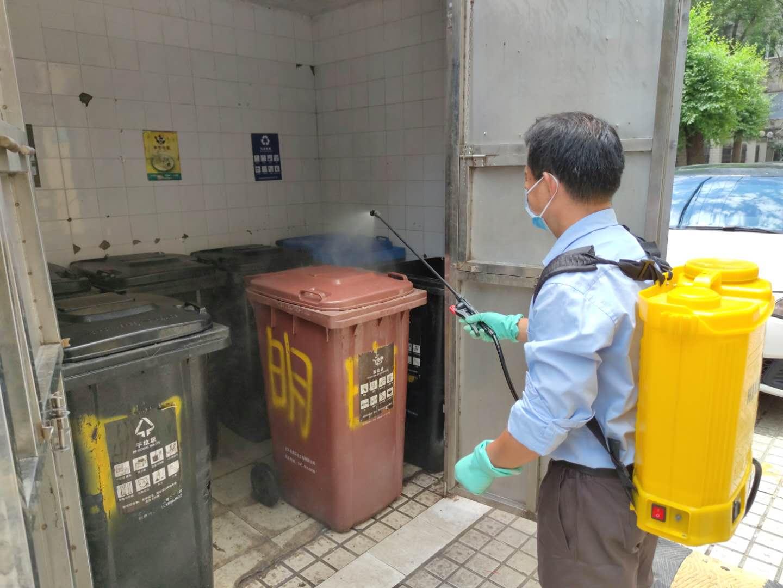 王成给垃圾库房喷洒杀虫剂。实习生张超焱澎湃新闻记者陈伊萍摄