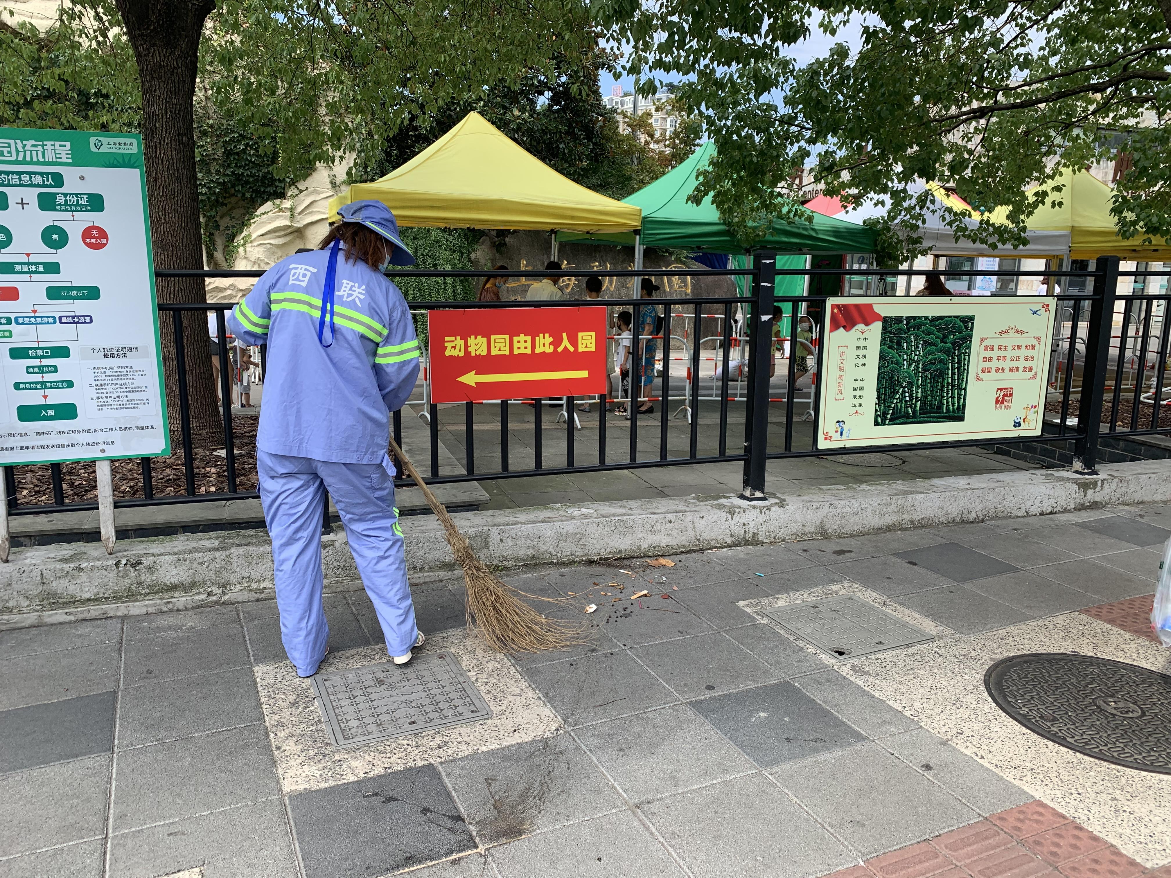环卫工人张玉梅在清扫人行道。澎湃新闻记者栾晓娜摄