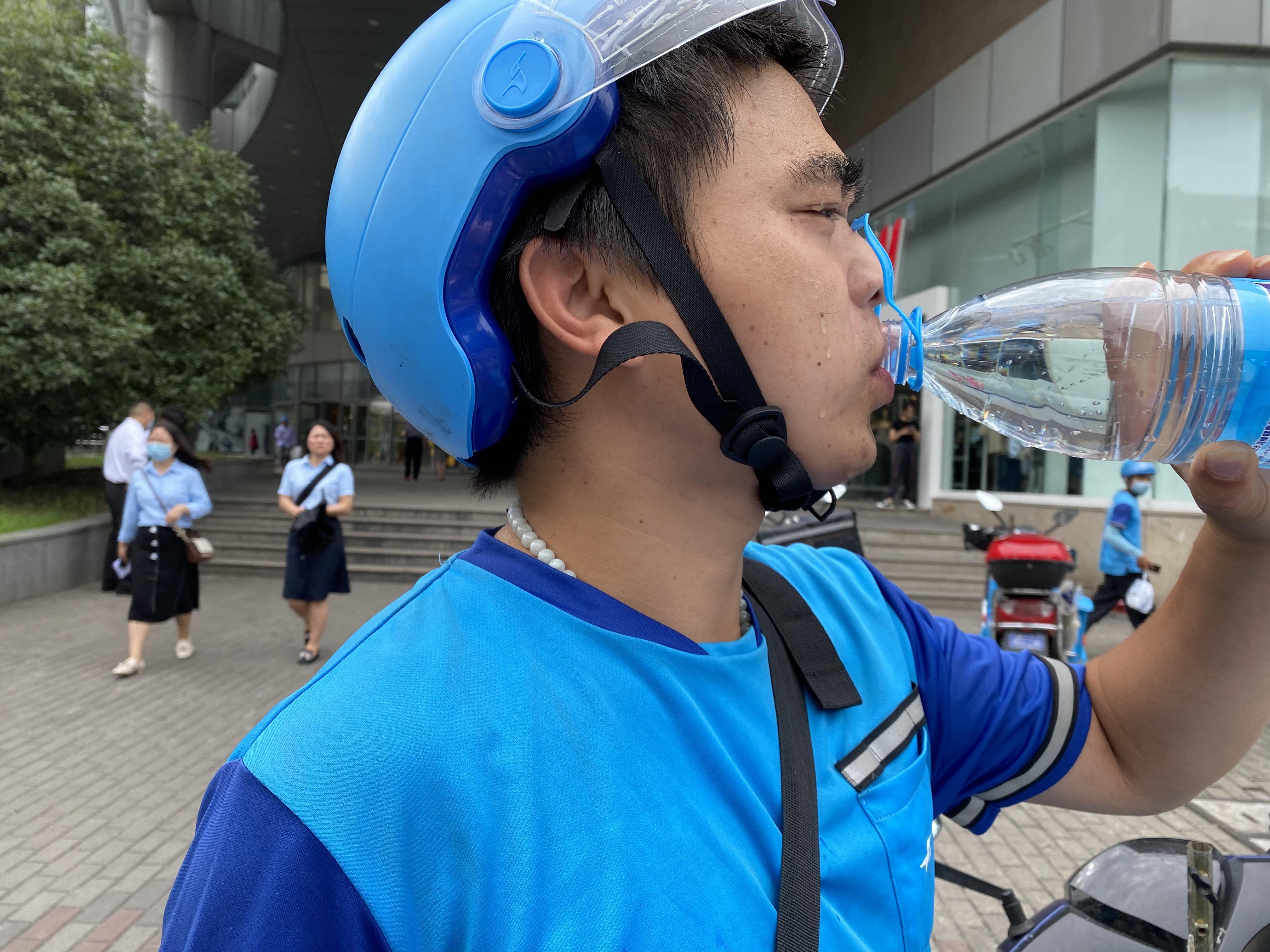 任亚军连跑几单后,渴得猛灌水。澎湃新闻记者陈逸欣摄