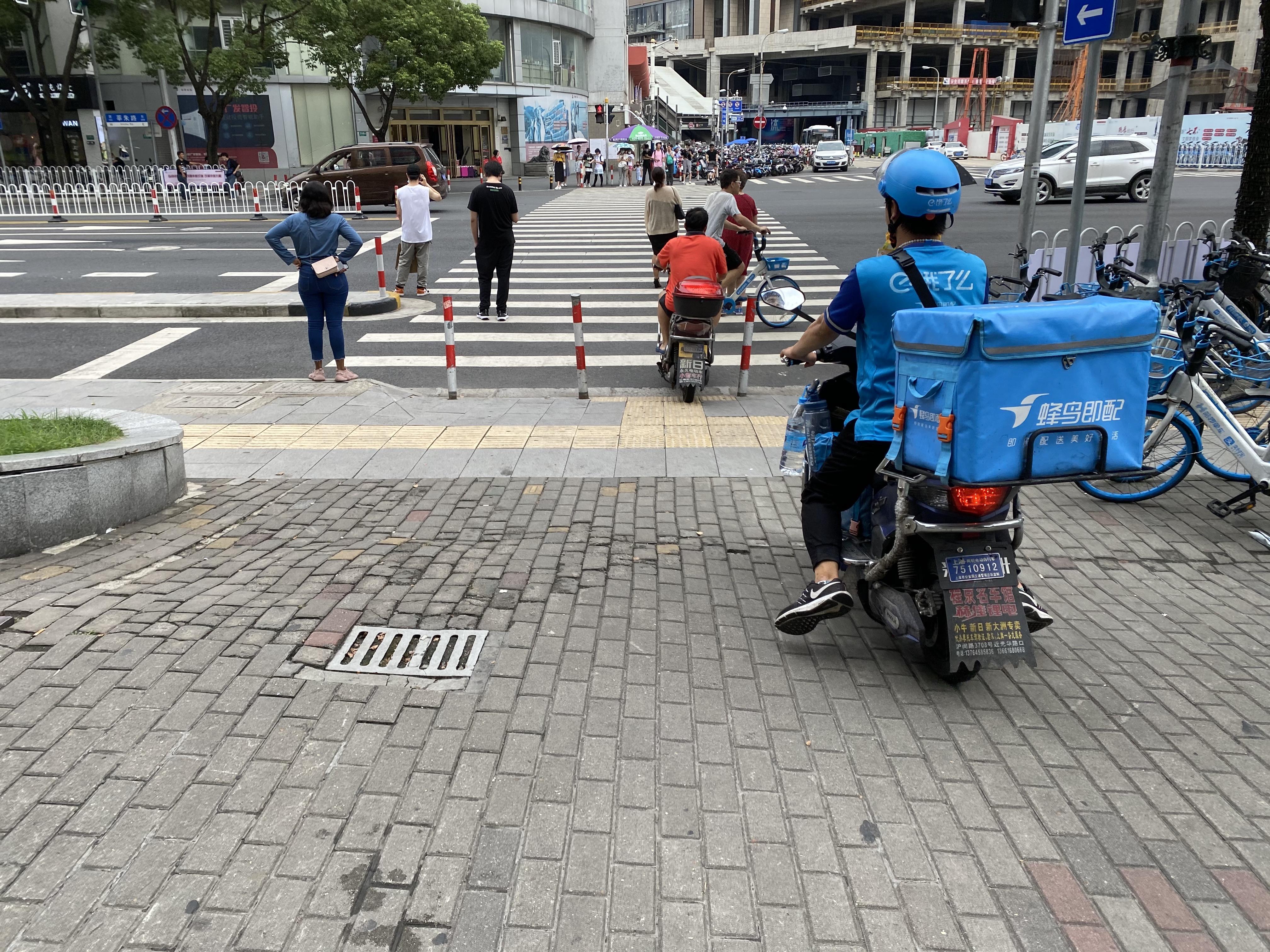 任亚军骑车前去送餐。澎湃新闻记者陈逸欣摄
