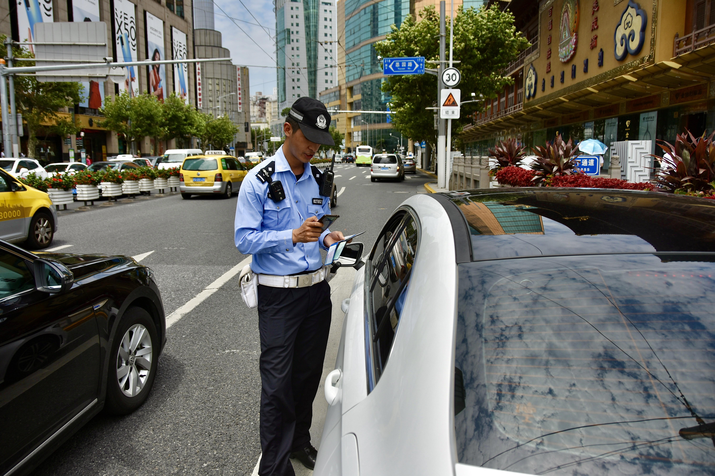一辆机动车违规闯红灯,武欣毅对车主作出处罚。澎湃新闻见习记者巩汉语摄