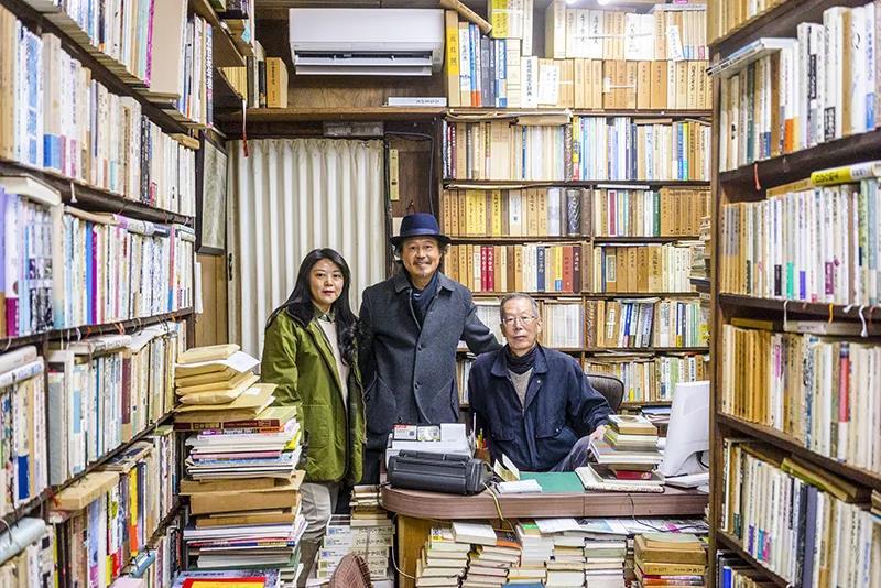 2016年春季,尔冬强(中)与太太李琳在长崎访书