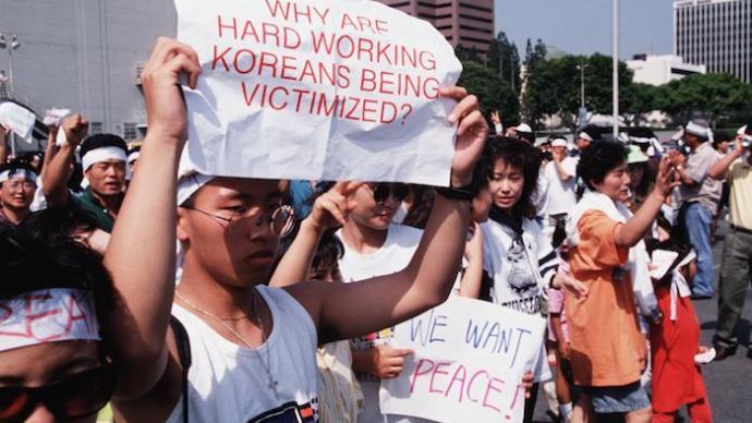 """1992洛杉矶动乱:亚裔是黑白二元结构中的""""替罪羊""""吗?"""