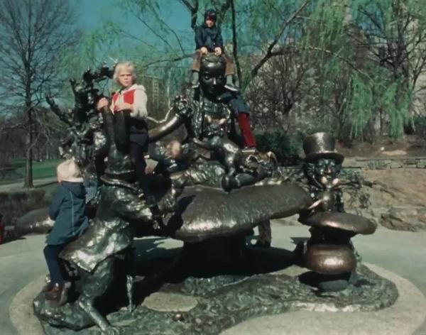 雕塑《爱丽丝梦游仙境》