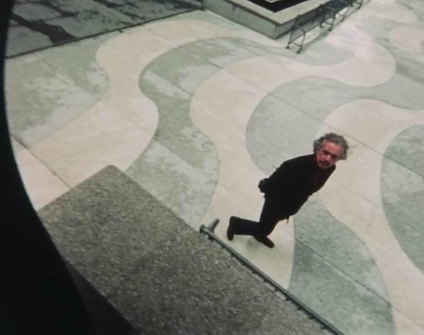 漫步在城市街头的罗素·康纳(Russell Connor)