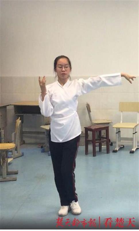 肖琳娟跳舞时照片