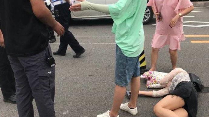 青島宜家一保安因停車糾紛打傷三顧客,警方:打人者已被控制