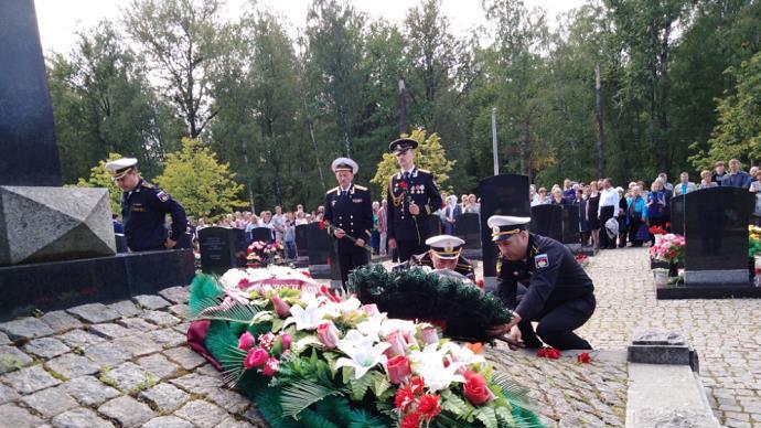 """""""库尔斯克""""号核潜艇沉没20周年,俄罗斯多地举行纪念活动"""