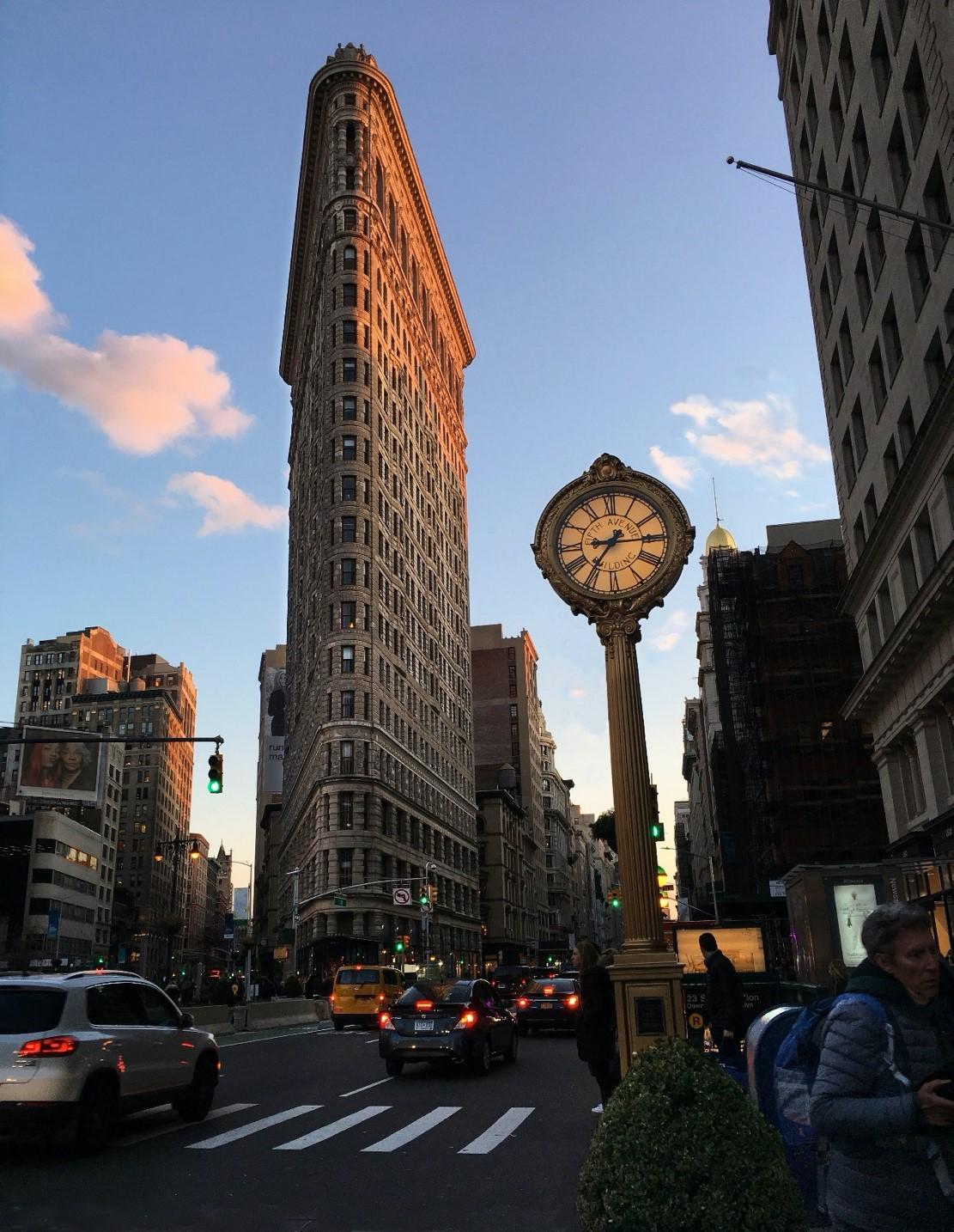 """1902年竣工的熨斗大厦曾是纽约最高楼,如今其周边区域成为科技公司聚集的""""硅巷""""。图片来自Wikimedia Commons"""