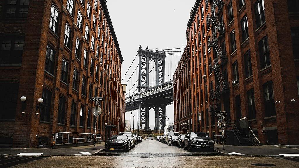 这是DUMBO区最著名的游人打卡地,楼宇间的曼哈顿桥,如今这里成为一处艺术、科技、商业聚集区。图片来自Wikimedia Commons