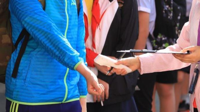 国家卫健委:秋冬季开学后中小学师生进校门一律检测体温