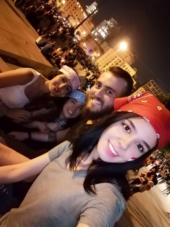 艾尔莎与朋友参加街头抗议