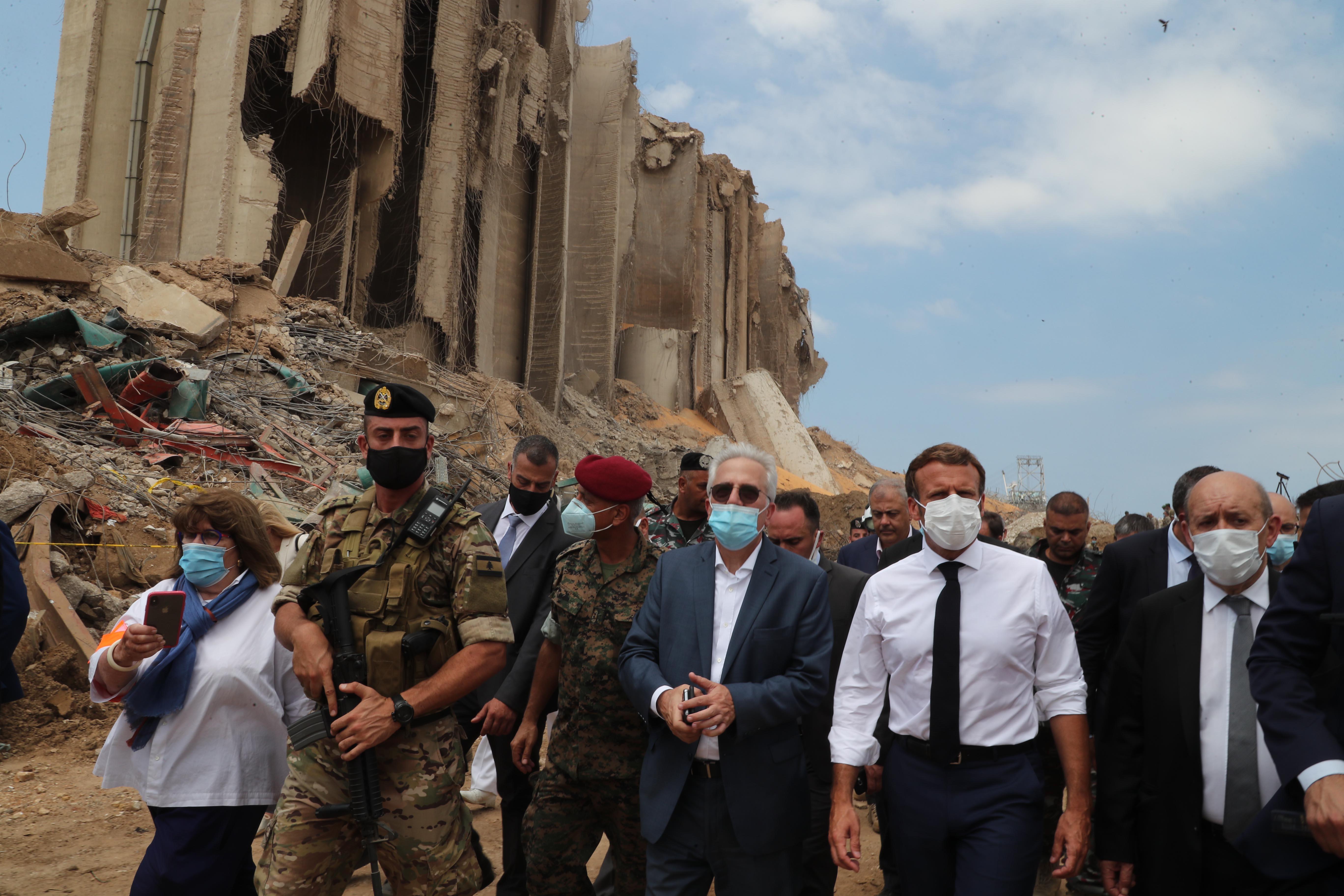 8月6日,法国总统马克龙(前右二)访问爆炸过后的黎巴嫩贝鲁特港口。新华社 图