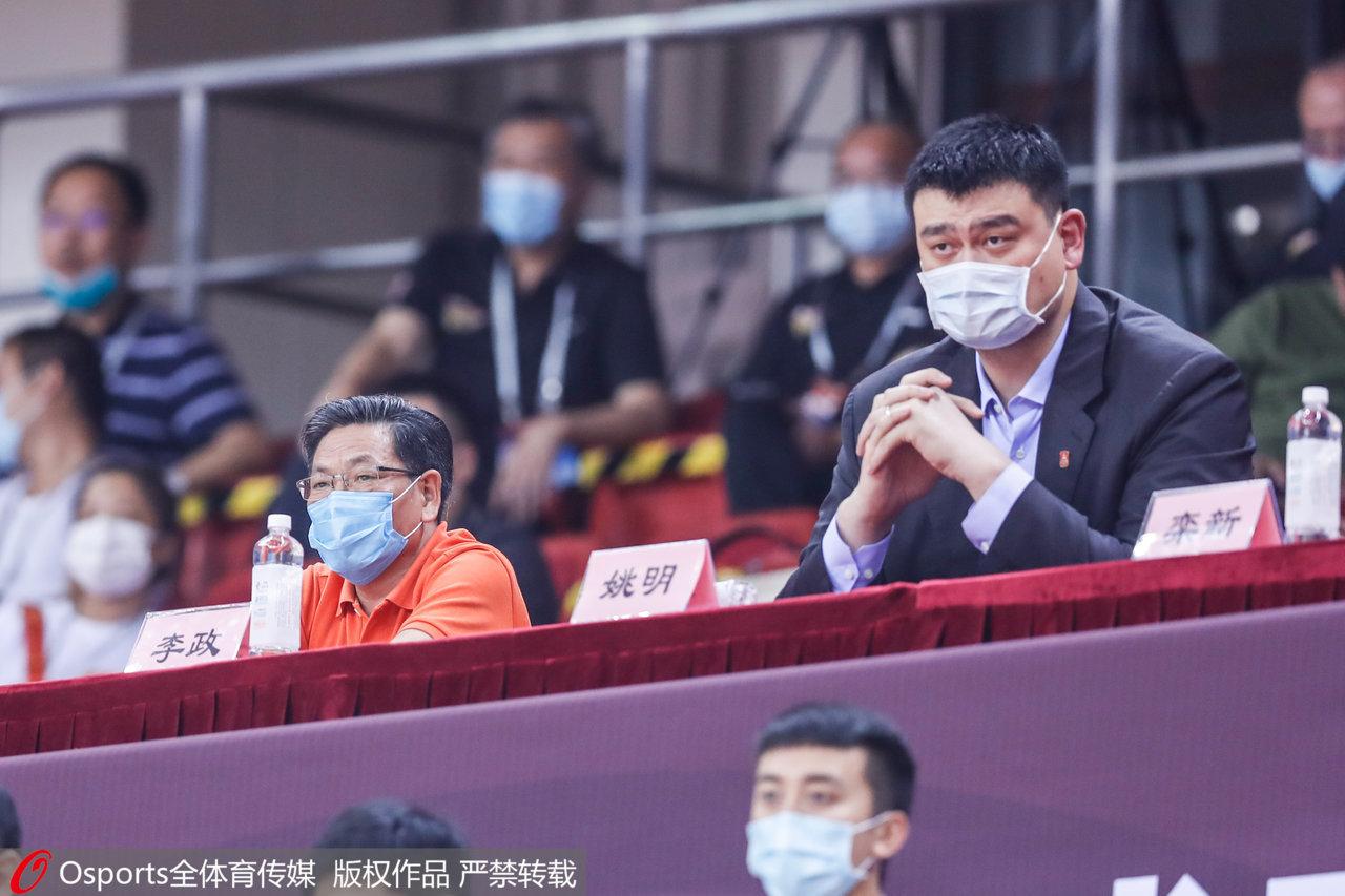 姚明现场观战总决赛第二战。