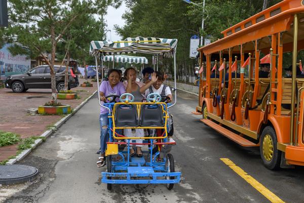 2020年8月,内蒙古兴安盟义勒力特嘎查,骑着观光自行车的游客。 本文图片 均为澎湃新闻记者 孙湛 图