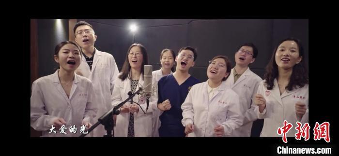 一首由医生作词作曲,女高音歌唱家与医生共同演绎的原创纪实MV《光》在线发布。陈静 摄