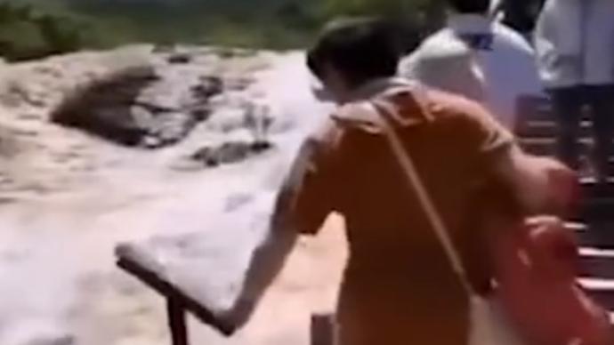 """警方通报""""女游客在黄龙景区推垃圾桶扯告示牌"""":已批评教育"""
