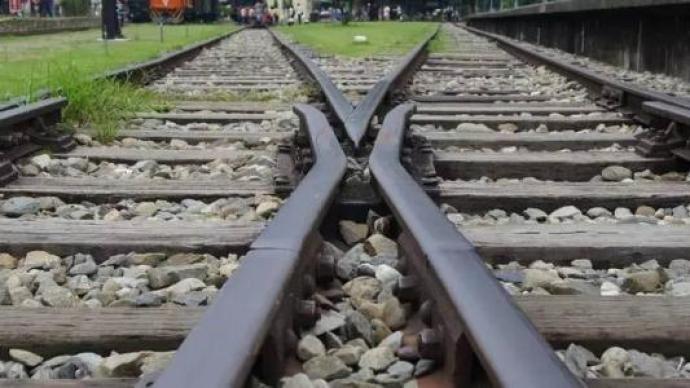 男子醉酒后躺卧于铁轨遭列车碰撞致死,法院判决责任自行承担