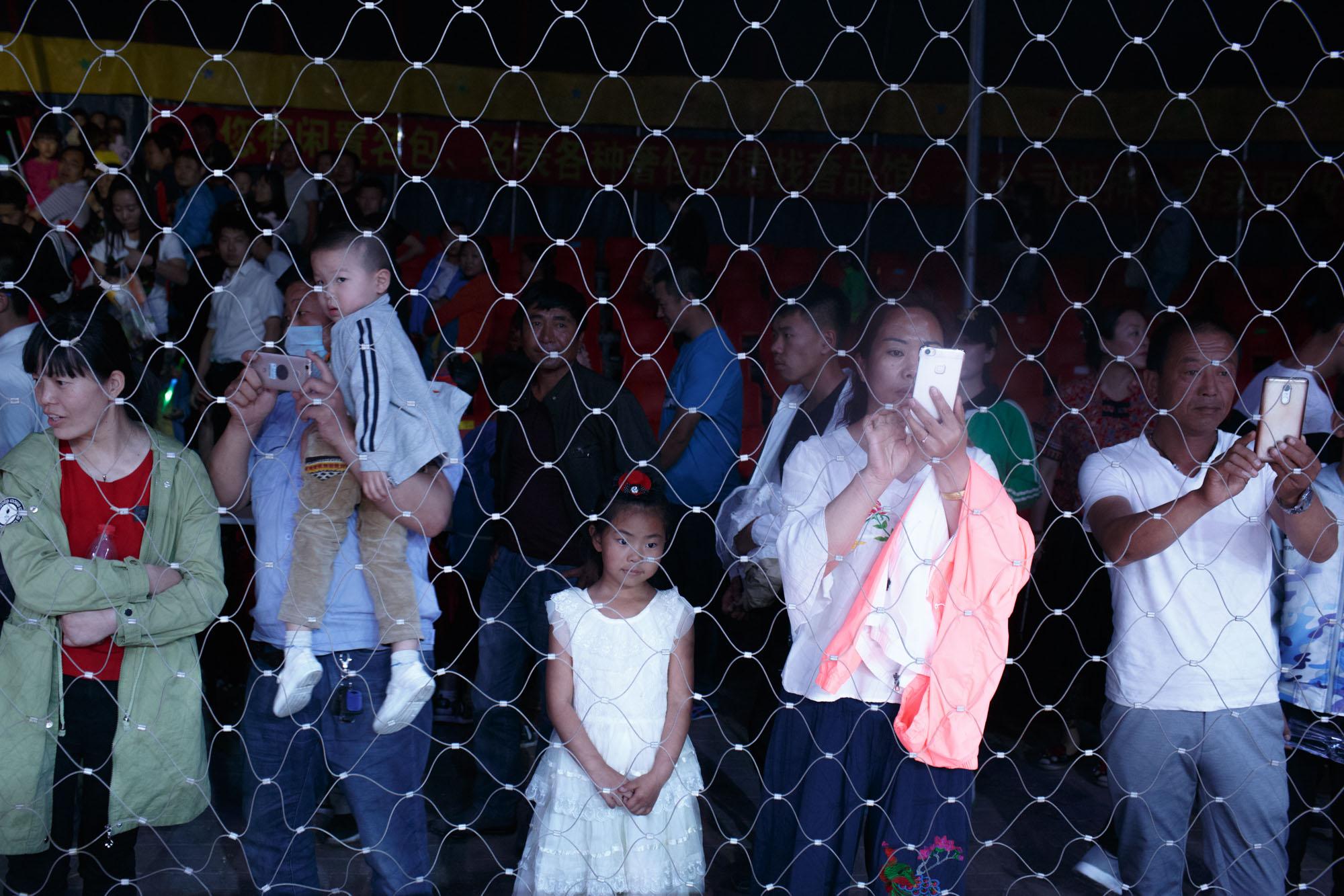 2017年初夏,北方村庄的人们在观看一场马戏表演。澎湃新闻记者 周平浪 图