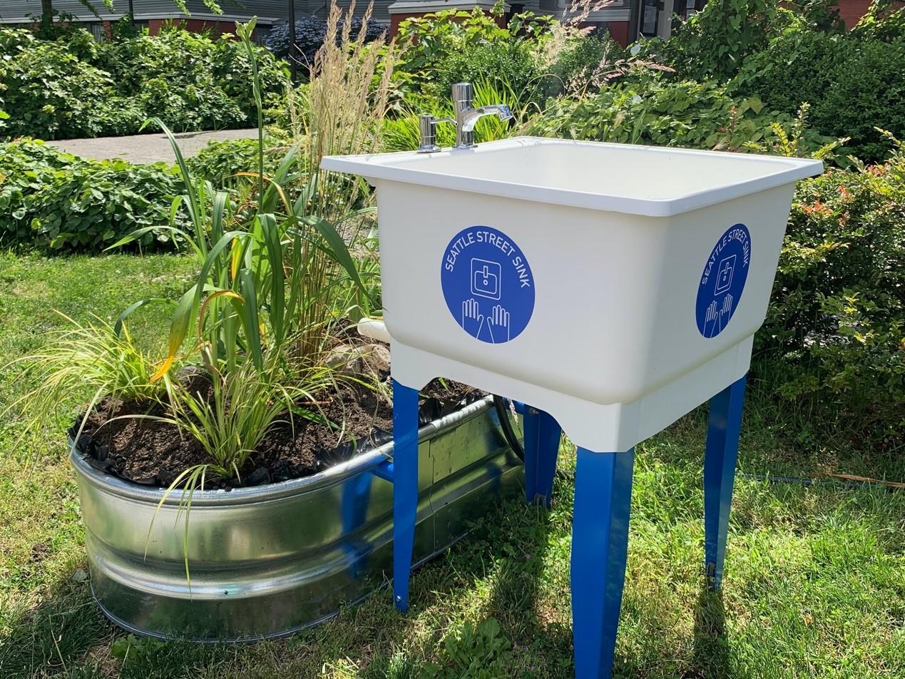 街头洗手池安装现场及最终成品图。图片由受访者拍摄。