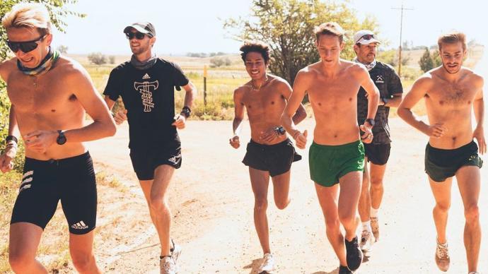 """大爷光膀子跑步是""""有伤风化""""?帅哥赤膊运动就是宣传健身?"""