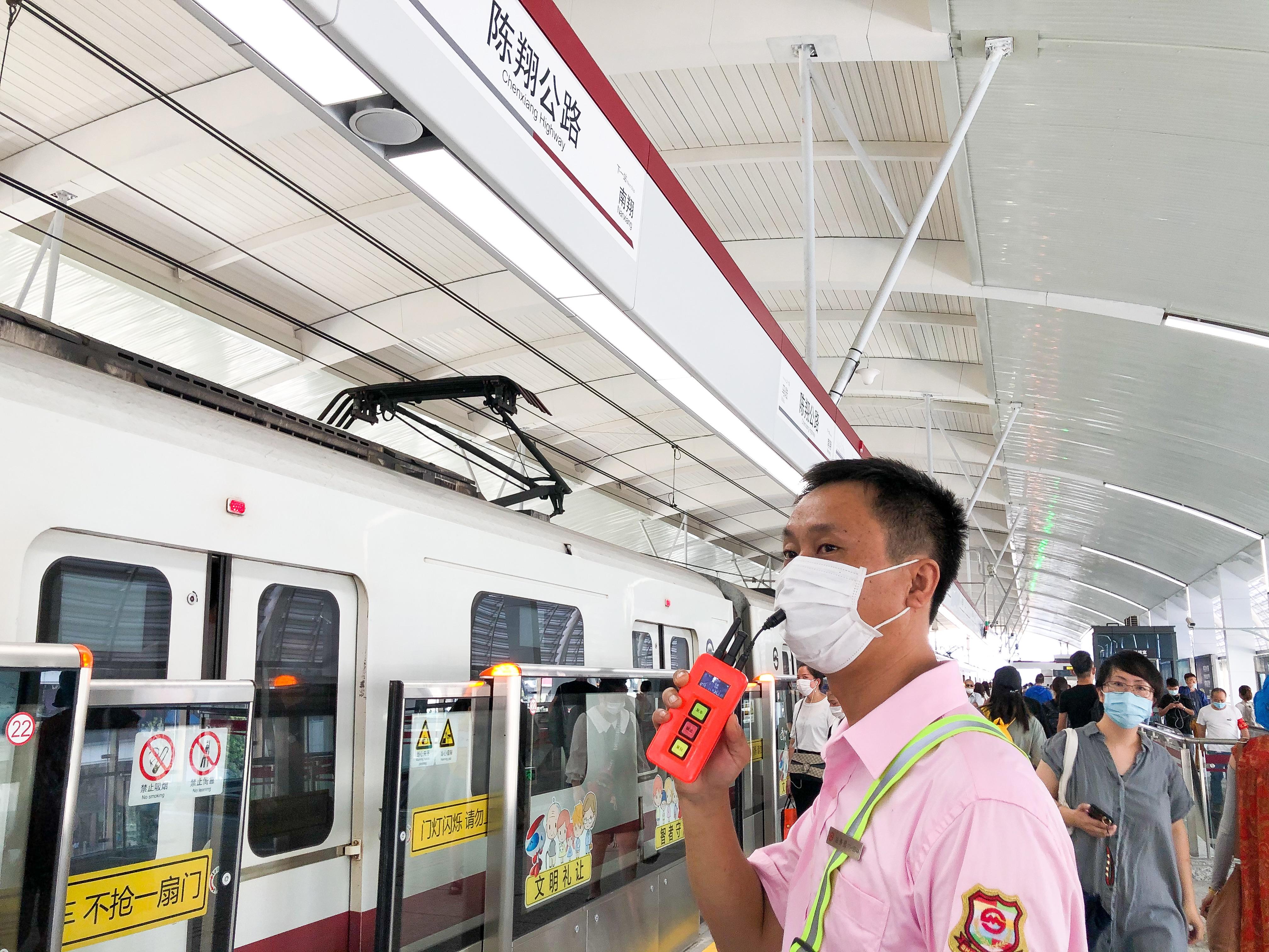 8月25日上午,站务员周国强正在现场进行播报,提示乘客:门灯闪烁,请乘客们停止上下车。