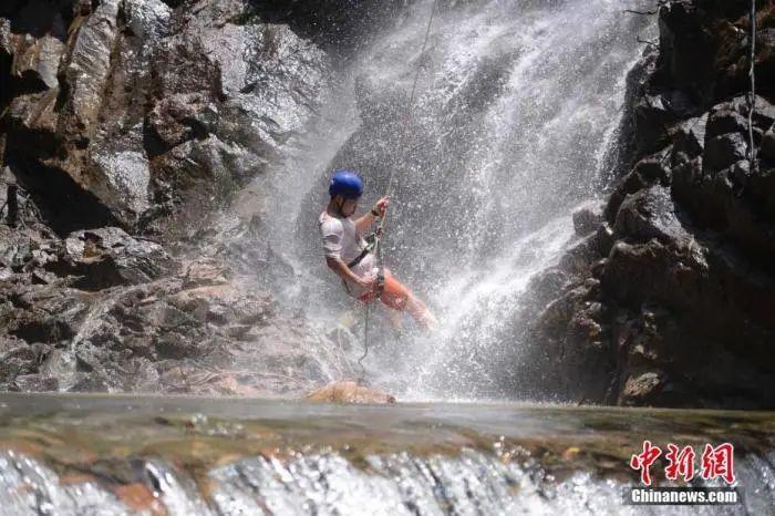 資料圖:瀑降愛好者。楊華峰 攝