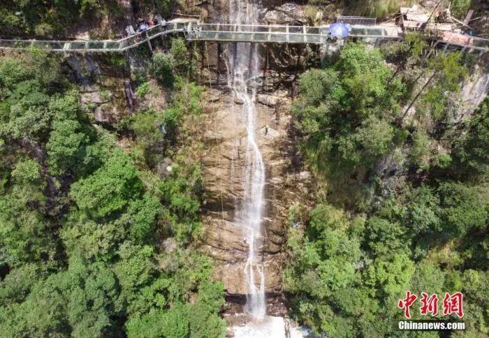 資料圖:懸崖瀑布。楊華峰 攝