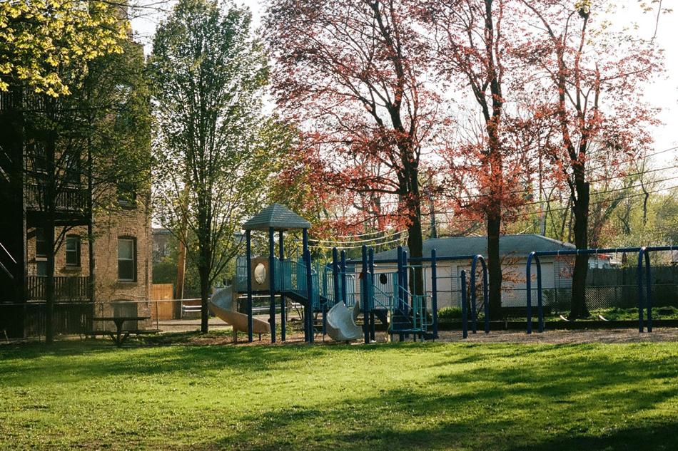 私塾左右的幼公园空无一人。