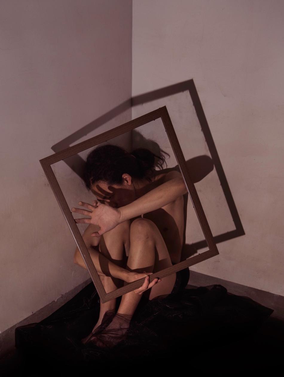 """望与被望。灵感来源于法国形而上学家Michel Foucault相关个体对表界""""凝睇""""的感知以及自吾收敛的形而上学思辨(非疫情期间拍摄)。"""
