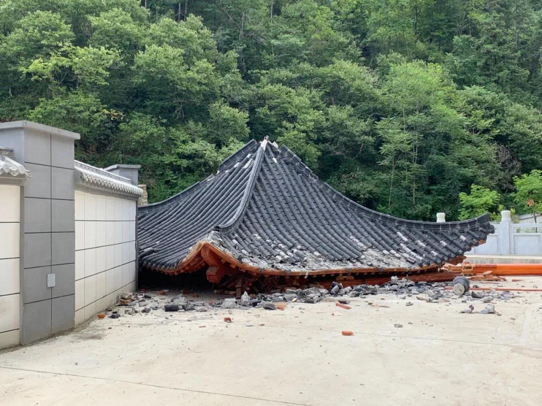 8月24日中午,鎮安中學新校區噴泉、涼亭等多處與教學無關的設施正在被拆除。 本文圖片均來自 紅星新聞