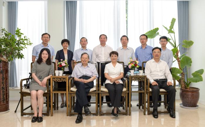 杨振宁受聘担任安徽大学纽约石溪学院名誉院长杨丽英 供图