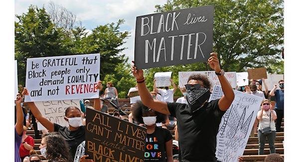 NBA亚特兰大老鹰队球星特雷·杨在俄克拉荷马州参加了一场反对种族歧视和警察暴力执法的和平抗议。