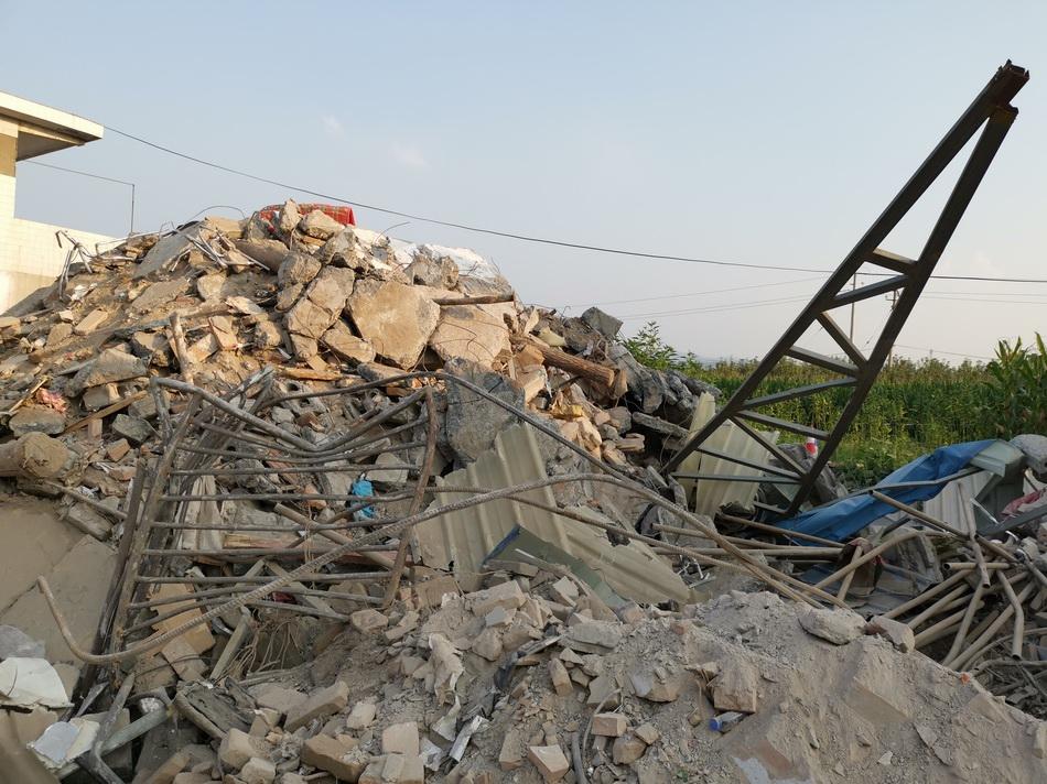 救援清理出的杂物堆在路边。