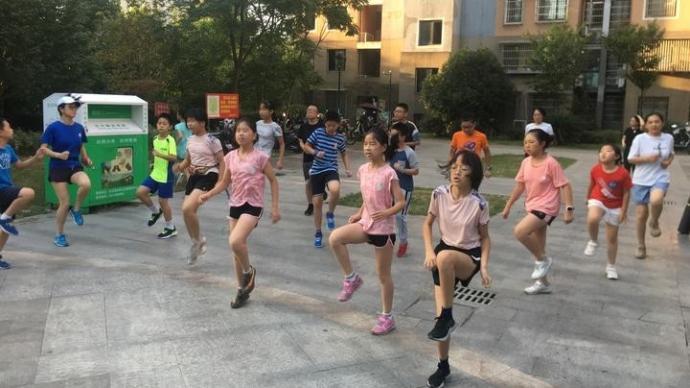 中国好邻居!杭州阿姨整个暑假天天带小区孩子跑步晨练