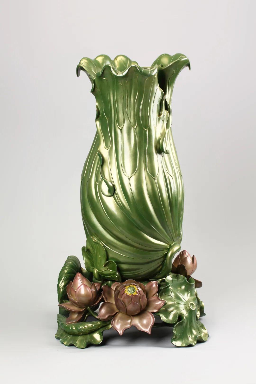 沈正镐制荷叶脱胎漆瓶近代口径38 厘米,底径54 厘米,高98 厘米福建博物院藏