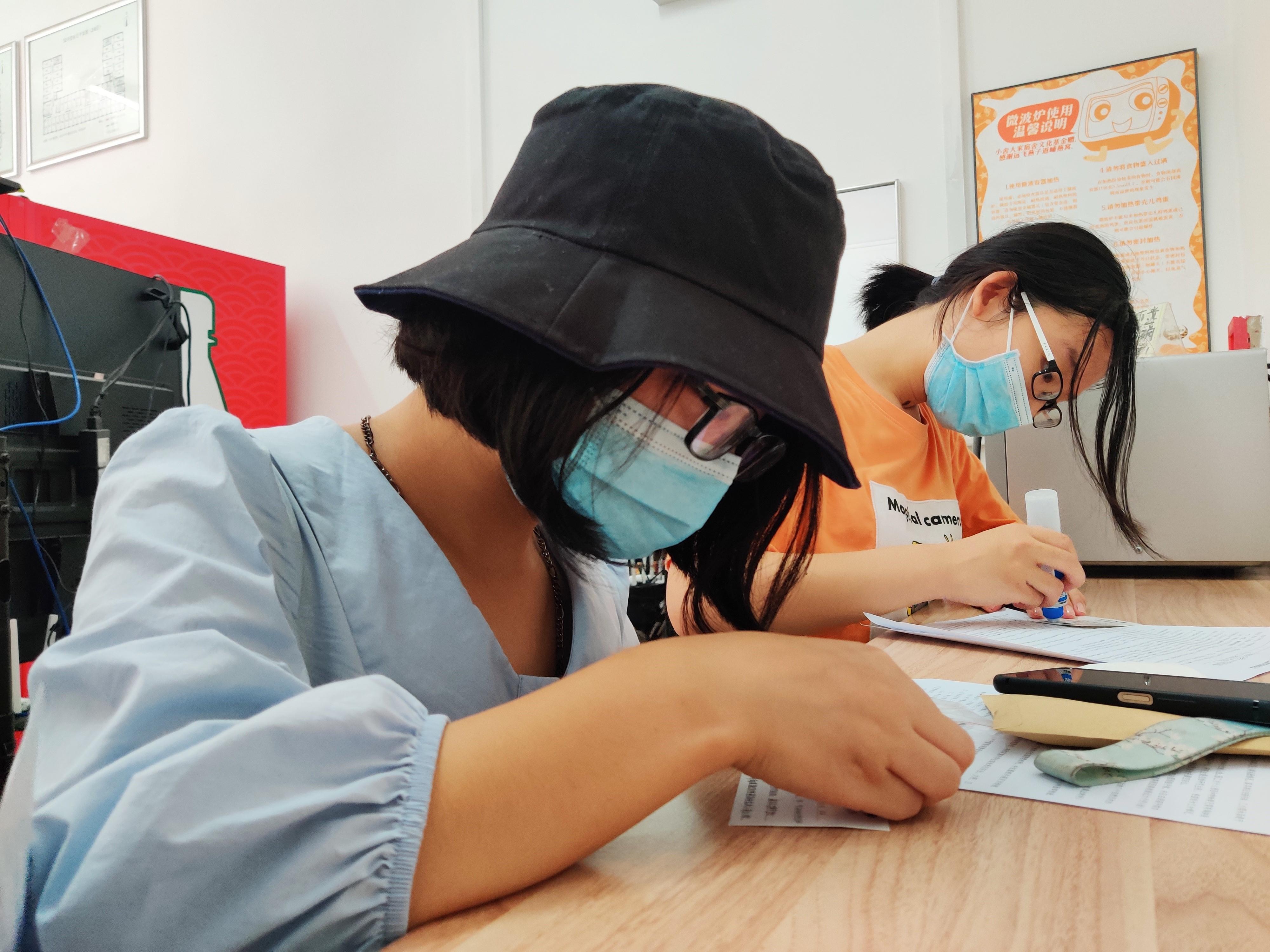 钟芳蓉(左)在宿舍楼内完善学生公寓住宿卡。本文图片均为澎湃新闻记者程婷 图